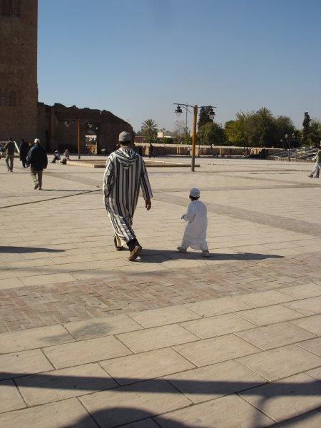 Pai e filho atendendo os chamados da Mesquita Koutoubia