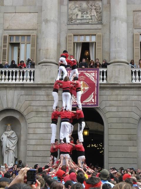 Casteller (Castelo humano) na frente do prédio do Governo