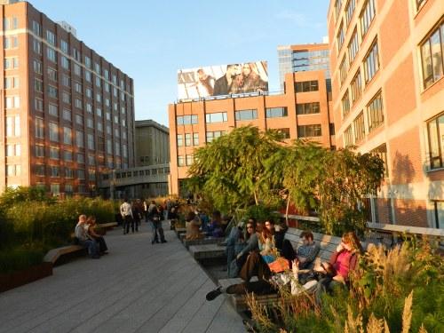 Sunbeds crowded at Highline Park