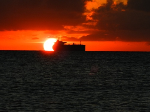 Um beijo de boa noite na água e o senhor barco como testemunha