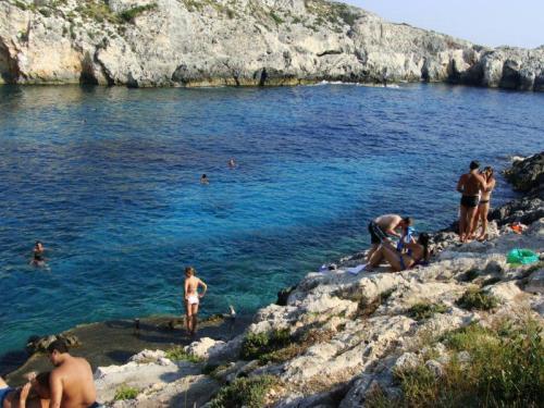 As calmas águas de Limnionas são ótimas para um mergulho