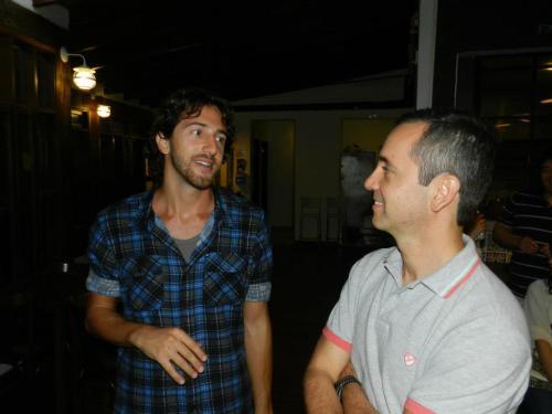 Pablo se aconselhando com o viajado Riq Lima antes de cair no mundo