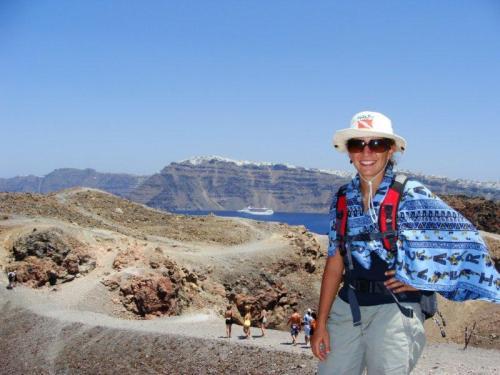 Na cratera do vulcão com a ilha principal ao fundo