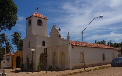 O ponto do moto táxi é em frente a igreja na Av. dos Arrecifes