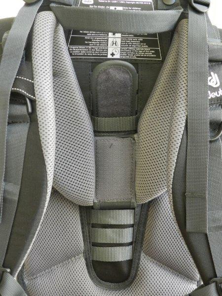 """Encaixe a """"lingueta"""" com velcro na tira de acordo com sua altura para subir ou descer as alças da mochila"""