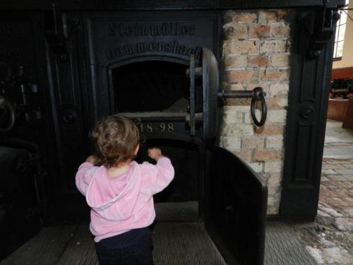 Engenheira mirim inspecionando a caldeira