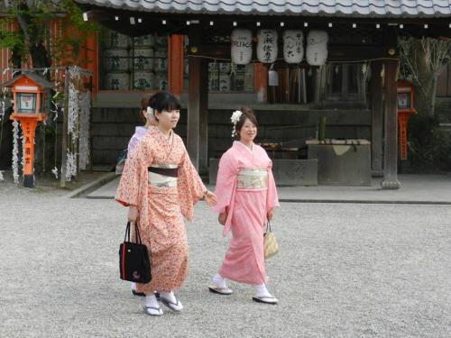Duas mulheres de quimono passeando na rua