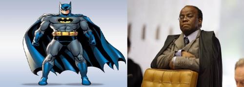 Batman em pé com sua capa preta