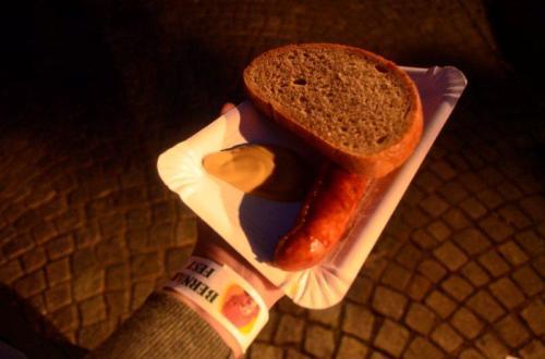 Tradição: linguiça, pão preto, mostarda e cerveja