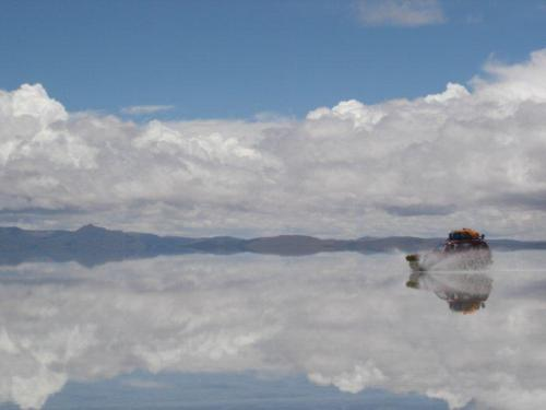 Carro cruzando o Salar de Uyuni alagado