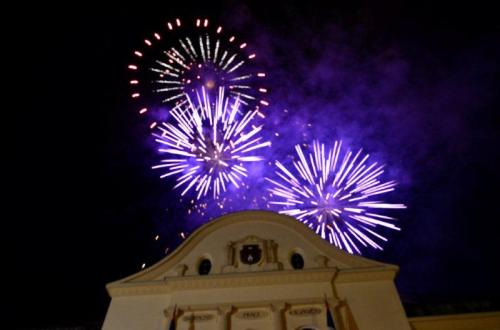 Fogos anunciam o fim do festival