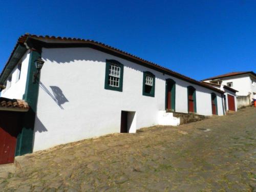 Casas com janelas e portas com a cara para rua
