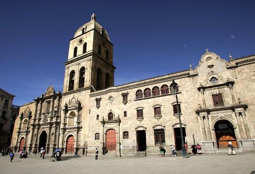 Amplo pátio da igreja de San Francisco em La Paz