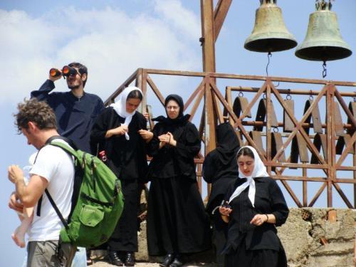 Religiosos visitando o monastério de Agia Trias