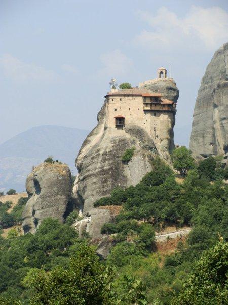 Agios Nikolaos Anapafsas se equilbrando no topo da fina montanha de pedra