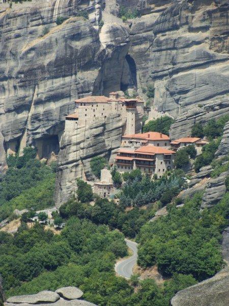Convento de Roussanou camuflado nas montanhas de pedras
