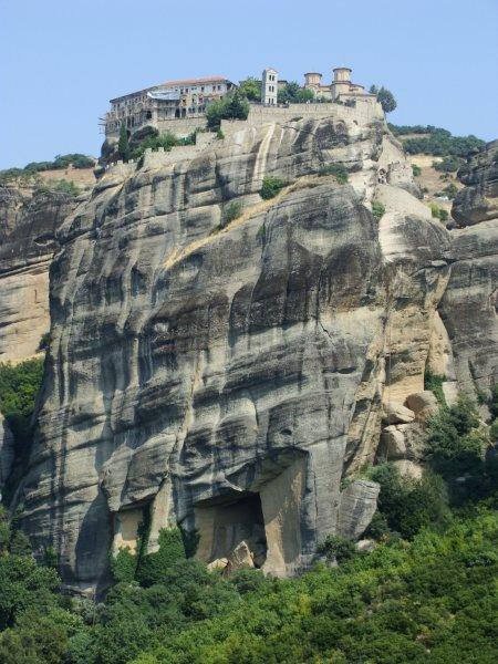 Parece que o monastério foi criado junto com a rocha