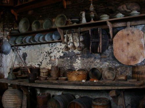 Utensílios e ferramentas antiquíssimos, mas muito bem conservados