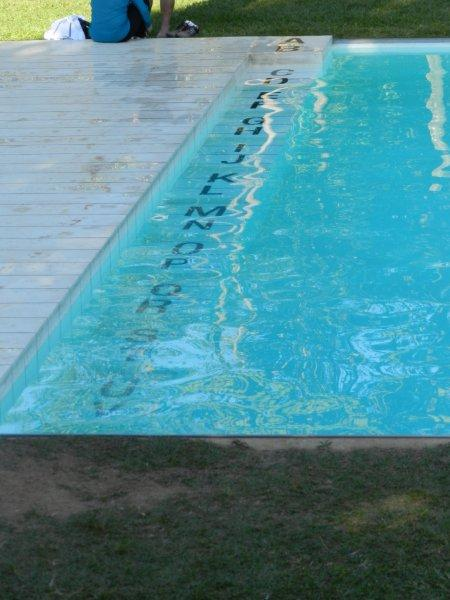Deu calor as letras saem do jardim e se refrescam na piscina