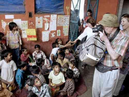 Gringo tirando foto de uma coisa que nunca viu: pobreza