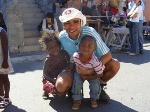 Township (favela) de Langa na Cidade do Cabo. Sem opções, acabei por me divertir com as crianças