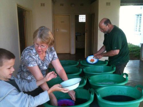 Lavando pratos em um overland
