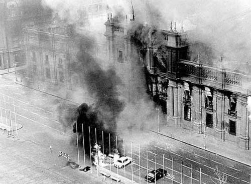 Palácio de La Moneda bombardeado em 11 de Setembro de 1973