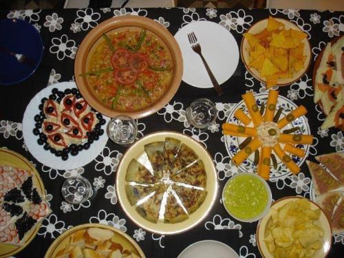Mesa posta antes da comilança com a típica comida catalã
