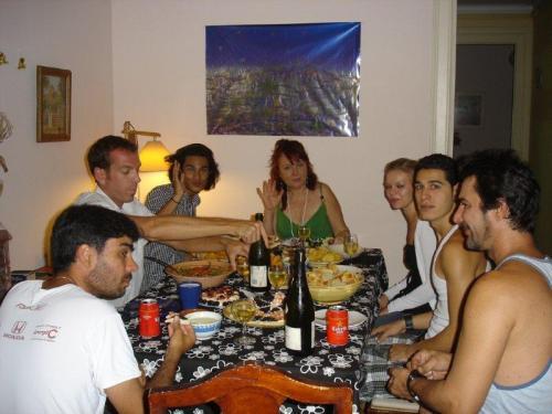 Da esquerda para direita (sentido horário: Eu de barba,Mike o canadense, Rajeen o holândes, Fina a dona da casa catalã, Maria a russa, _filho do Carlos um dos cubanos e Carlos cubano e ex marido da dona da casa