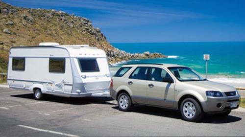 Caravan: carro puxando um trailer