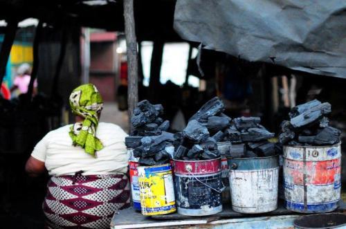 Venda de carvão nas ruas de Maputo, Moçambique