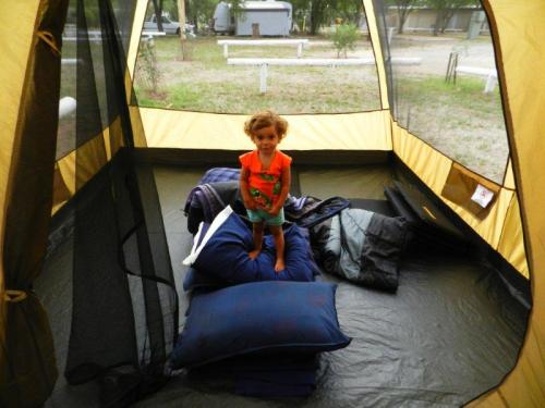 Depois de atrapalhar, quero dizer ajudar a montar a barraca, hora de ir para dentro