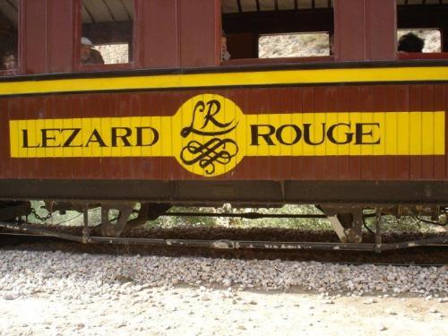 Alguém imaginaria um tunisiano falndo português num trem chamado Lezard  Rouge?