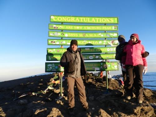 No topo da África, o cume do Kilimanjaro