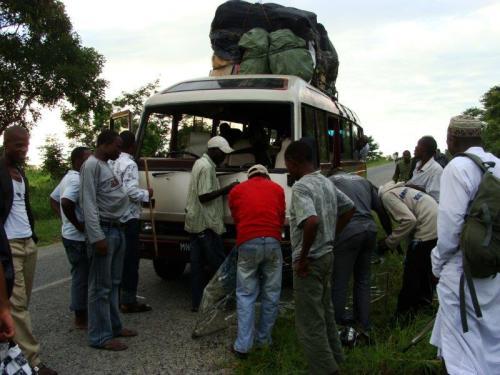Nosso ônibus super lotado e sem para- brisas em Moçambique