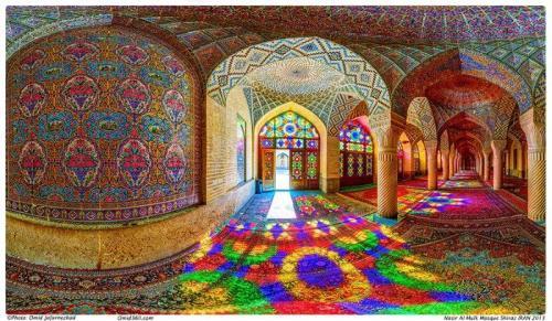 A colorida Mesquita Nasr ol Molk em Shiraz