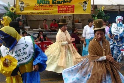 Cholas e seus chapéus típicos na feira