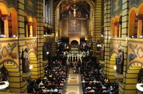 A beleza da igreja só não é maior que a dos cantos gregorianos