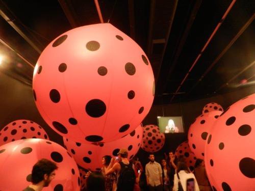 Bolinhas e bolonas, esta é a obra de Yayoi Kusama