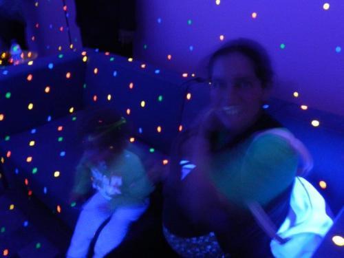 Eu, minha mãe e meu irmãozinho com as bolinhas pulando em nossa roupa