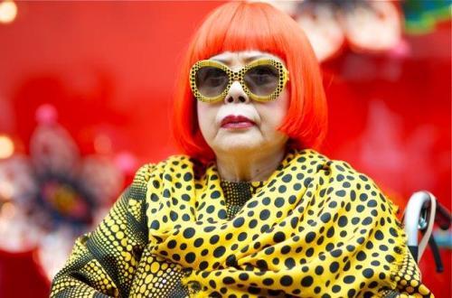 Vó Yayoi com seu cabelo vermelho e roupa de bolinhas