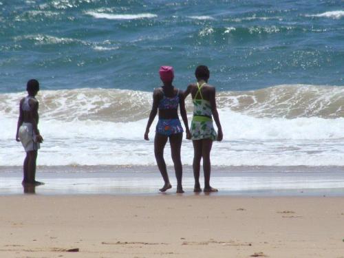 Mais crianças em outra praia com roupas de banho retrô
