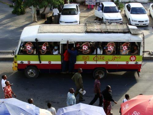 Tradicional transporte público em algum lugar da África