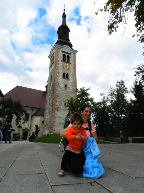 Família reunida em frente a igreja