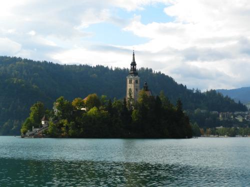 Ilha vista da borda do lago