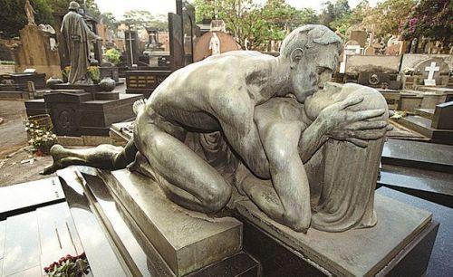 Que tal visitar um cemitério? Nada de macabro