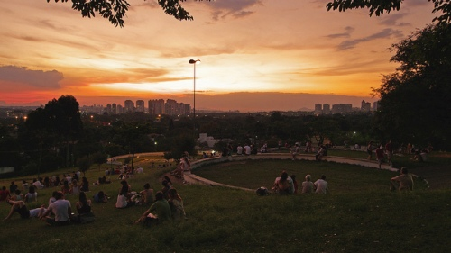 Desacelere, curta o por do sol na praça