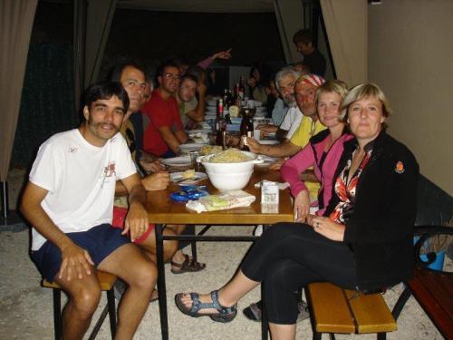 Todos jantando juntos no ambiente de hostel mais familiar da minha vida: Caminho de Santiago