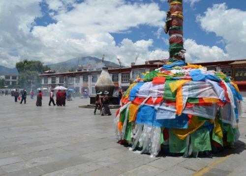 Centro de Lhasa, típicas bandeirinhas tibetanas