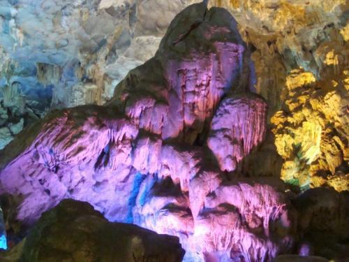 Caverna Sung Sot e seu jogo de luzes